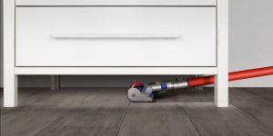 Aspirateur balai sous les meubles Dyson V6 Total Clean