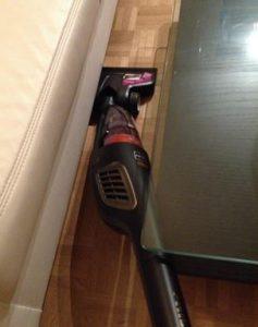 test aspirateur sans fil Philips FC61700 en dessous d'un divan
